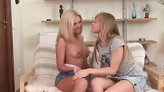 Sexy lesbo models Inanka and Kat A. love ass drilling each other