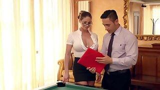 Pop off neue Assistentin auf dem Billardtisch eingearbeitet